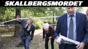 Området utanför mordlägenheten var avspärrat av polisen när rätten, med ordförande David Viktorsson-Harrby, till vänster, anlände. Till höger syns den åtalade kvinnans försvarare, advokat Johan Åkermark.