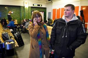 Mona-Lisa Lidberg och Mattias Eriksson har upprepade gånger ringt Norrtåg för att få besked om hur de ska resa vidare.