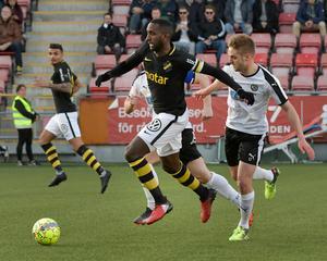 AIK:s 1-1-målskytt Henok Goitom i duell med ÖSK:s Johan Mårtensson. Foto: Conny Sillén/TT