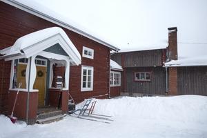 Gården växte med tiden och byggnaden till vänster är en timmerstomme, som flyttats från Siljansnäs.