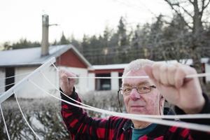 Gunnar Lundqvists nya internet kräver inga långt dragna trådar. Bara en antenn på husväggen.