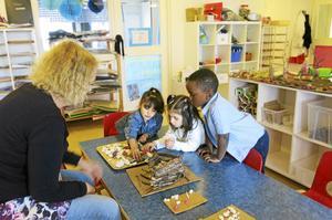 Små grupper om tre-fyra barn får arbeta i verkstaden åt gången.