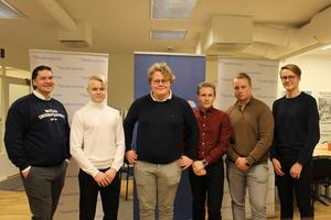 MUF:s nya styrelse i Dalarna består av Hugo Abrahamsson, Jesper Lindgren, Anton Petersson, Axel Groth, Albin Lindqvist och Henrik Lindberg. Foto: MUF