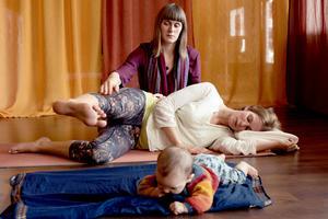 """""""Jag jobbar med helheten i yogan, det handlar inte bara om det rörelsemässiga, utan även med de andliga och filosofiska aspekterna"""", säger Petra Kalla. Foto: Malin Hedenäs"""