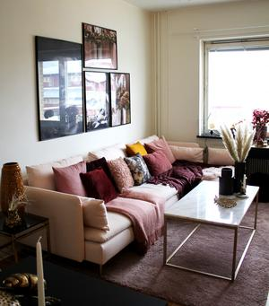 Den glassrosa soffan heter Söderhamn och kommer från Ikea.