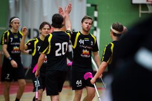 Jacob Hellgren, nummer 20, har skrivit på för Sundsvall FBC. Här gör han en high five med Robin Wiik som också nyligen presenterades som nyförvärv av den nystartade föreningen.