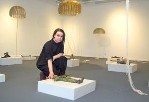 Elva gestalter ligger utsträckta på podier i Assa Kauppis utställning Frozen Fright, som visas på Norrtälje konsthall.