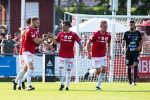 Erik Björndahl (till vänster)  klappas om efter sitt 2-2-mål. FOTO: Bildbyrån