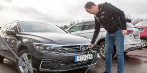 Det krävs lite framförhållning med elbil, till exempel är det bra att ladda bilen innan avresetiden. Här visar Lennart Söderström på Fagersta motorforum hur det går till.