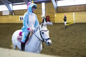 Julia Östling vann maskeradhoppningen utklädd till enhörning.