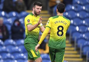 Kan jumbon Norwich skrälla hemma mot serieledaren Liverpool på lördag kväll? Ja, det är inte omöjligt. Här Norwich skotske mittback och lagkapten Grant Hanley och bosniske mittfältaren Mario Vrancic. Foto: Anthony Devlin/PA/AP/TT