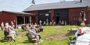 Ett femtiotal personer, både Fraggbor och tillresta, kom för att höra politikerna tala på Fraggedalen 16 juni.