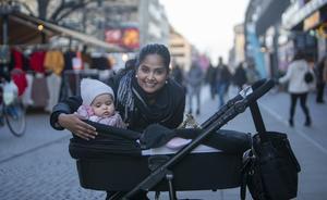 Sanaya Singh och dottern Skye: – Man blir lite arg och frustrerad, om man inte sett skyltarna ordentligt. Vi fick första dagen datumparkeringen började gälla och det var så frustrerande att vi åkte in till polishuset. Det kändes orättvist. Men vi fick betala. Jag kommer från Indien och tycker de här böterna är jättedyra.