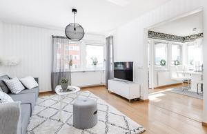 Den öppna planlösningen och utsikten över stan är två fördelar med lägenheten. Bild: Länsförsäkringar Fastighetsförmedling