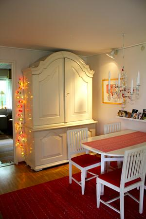 Bordet och stolarna har Birgitta ärvt av sina föräldrar. De kommer från Värmland.