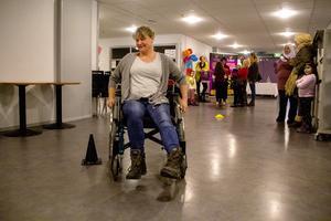 Åsa Bolanger testar att köra rullstol.