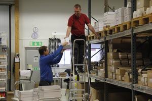 Olle Nyhlen och Magnus Jansson arbetar för högtryck på lagret med att fylla alla order som kommer in.