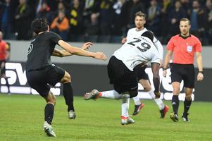 Den våldsamma duellen mellan Jesper Nyholm och Michael Omoh som slutade med benbrott för AIK-aren och rött kort för ÖSK-spelaren. Foto: Henrik Montgomery / TT