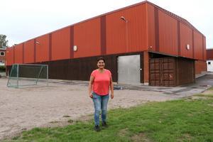 En utbyggnad av bollhallens gaveln mot skolgården tycker Diana vore lämpligt i samband med att Lekebergsskolan byggs om.