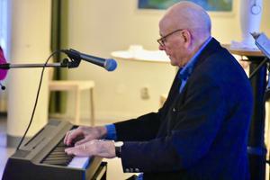 Musiken är mitt liv, jag tröttnar aldrig på att spela, säger Gösta Svensson, 78 år. Foto: Hans Wandér.