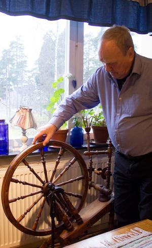 Den gamla spinnrocken hemma i lägenheten kommer från Finland.