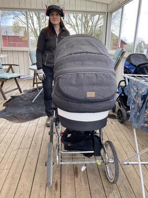 """En barnvagn med rejäla hjul är ett måste säger Erika: """"Den går fint att köra ute i markerna när jag har med mig Anton och stängslar"""""""