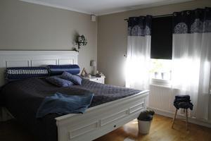 Huset har flera rum. Här är det stora sovrummet.
