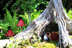 Just nu bor en tomte i stubben men planen är att den ska ersättas av en hobbit för att skapa ett