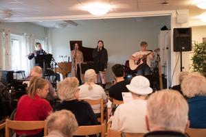 På kommunmusikernas miniturné spelar de bland annat på Hamncafét men även på äldreboenden.