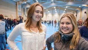 Olivia Mattsson och Anna Johansson går i klass 9C på Svenstaviks skola. Båda är jättenöjda med den nya sporthallen.