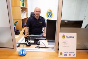 När tidningen träffar Anders Modén sitter han  i receptionen på Rättviks polisstation.