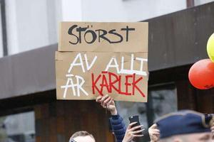 Både högljudda och tysta protester mot nazism.