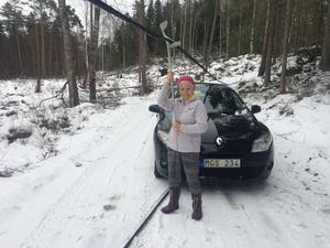 Har man en krycka som hjälp kan den användas till mycket. Här tar Karin Tengvald den för att lyfta en telekabel. Foto: Privat