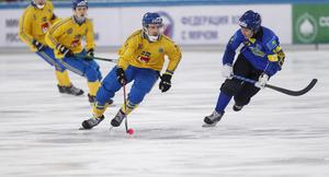 Rauan Issaliev jagar Erik Säfström under VM i Chabarovsk i fjol.
