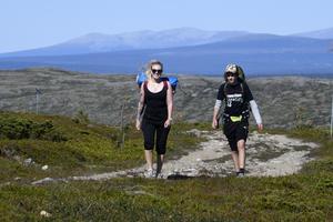 Anja Johansson och Leo Arnesson från Borlänge ger sig ut på fjällvandring på Nipfjället.