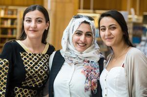 """""""Jag är så lycklig över att ha min familj här igen"""" säger mamma Monira som grät mycket under den långa tid som de fem barnen satt instängda i Saudiarabien. Esraa och Alaa är de två äldsta."""