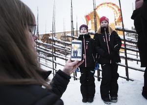 – Den är så fin. Det är synd att den brukar brinna ner, jag hoppas att den får stå kvar i år, säger Julia Jerner, till höger, som tillsammans med Agnes Gran blev fotograferad av Karin Forsberg.
