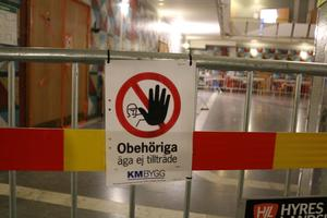 Arbetsplatsen varnar för att det pågår ett bygge där obehöriga ej äga tillträde. Men fram till i torsdags har ändå 33 medarbetare från Östersunds kommun jobbat i princip dörr i dörr med byggjobbarna.