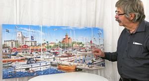 Konstnären Nils-Erik Nilsson från Halmstad visar sin målning av Nynäshamn.
