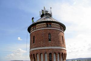 Tornet är runt 40 meter högt, och stod klart 1899. För ett par år sedan blästrades och målades taket av Mihai Claudiu Iulian och Jonets Metz. Fotot är taget från en skylift av Bernt Härdell. Arkivfoto: Bernt Härdell.