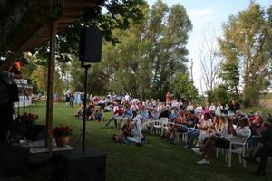 Folkmusikgruppen Kolonien uppträder på Idala på Mörkö sommaren 2019.