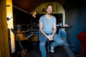Niclas Lundin är artist, låtskrivare och producent från Ö-vik som även jobbar med Musikmakarna. Foto: Ludwig Arnlund