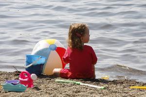 Sol och bad även för de minsta. Vid Hara bryggas lilla strand är det långgrunt och bra botten för både små och stora barn.