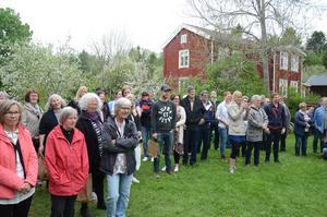 En hel del publik samlades på gårdstunet inför prisutdelningen.