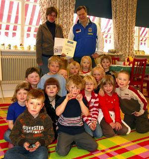 Vinnare. Här är den vinnande förskoleklassen vid Olympicaskolan tillsammans med sin fröken Anna Nilsson och Björn Lundin från DJIK.