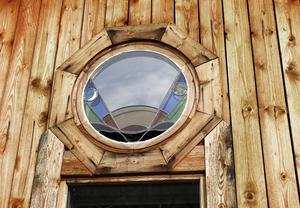 I stugan byggd av gran sitter två små fönster på motsatta väggar, de visar väderstrecken söder och norr.