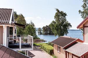 Fristående villa med sjönära läge i eftertraktat område. Foto: Kristofer Skogh.