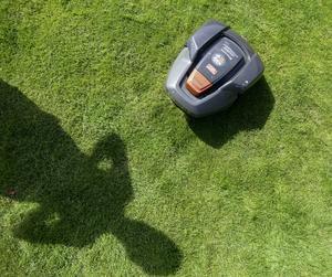 Var sjunde tomtägare har en robotgräsklippare enligt försäkringsbolaget IF:s undersökning.