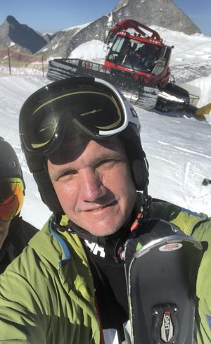 I Åsbacken har konstsnö räddat säsongen. På bilden: Henrik Lindgren, vice ordförande i klubben Friska Viljor Alpina.