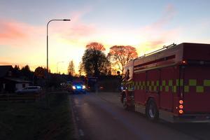Två personer fördes till sjukhus efter att en bil kört av vägen utanför Pusslebo i Borlänge kommun.